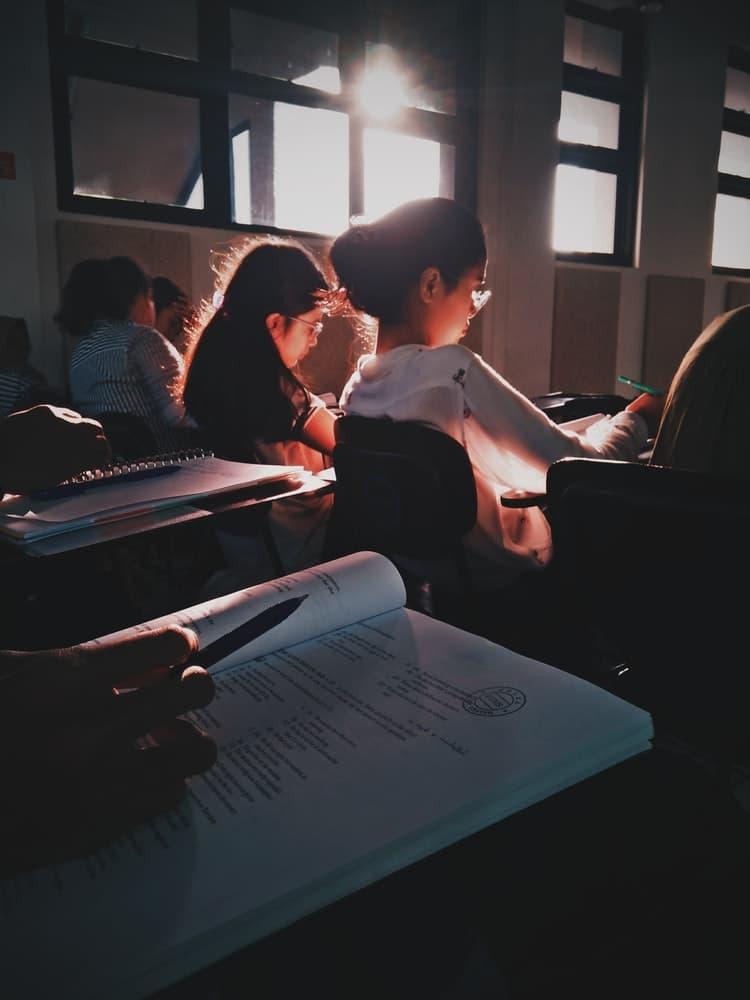 unas alumnas realizan el examen final del diploma DAEFLE en la Alianza Francesa